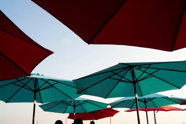 spaß im schatten - terrassen deck design stock-fotos und bilder