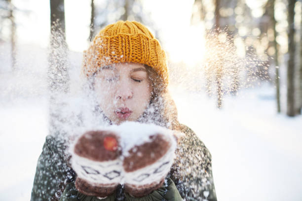 divertimento nel parco invernale - woman portrait forest foto e immagini stock