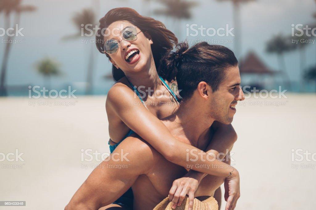 Kul på stranden - Royaltyfri 20-29 år Bildbanksbilder