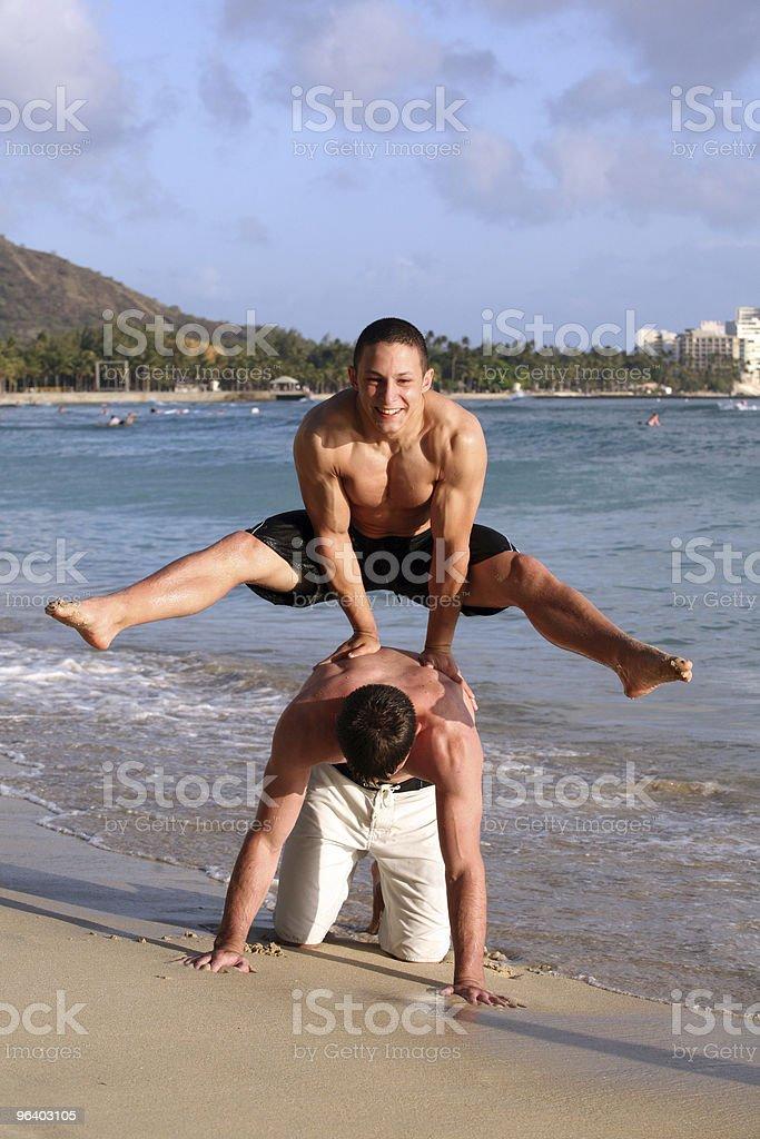 ビーチでの楽しい - 2人のロイヤリティフリーストックフォト