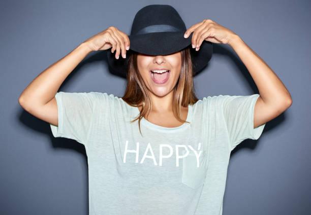 divertido retrato de una mujer joven en un sombrero - moda playera fotografías e imágenes de stock