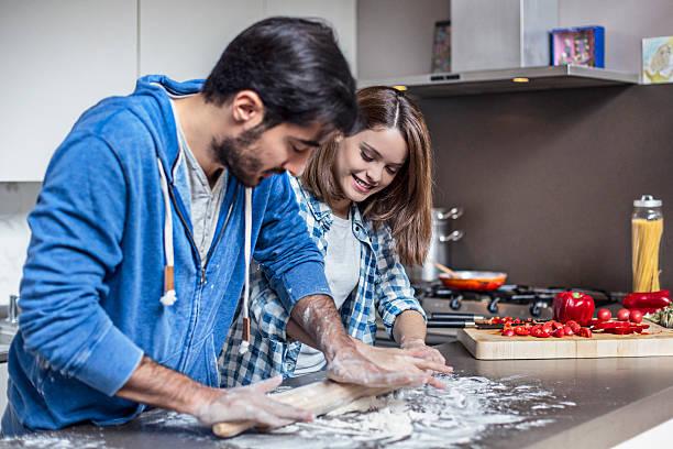 diversão laminagem a massa de pizza - baking bread at home imagens e fotografias de stock