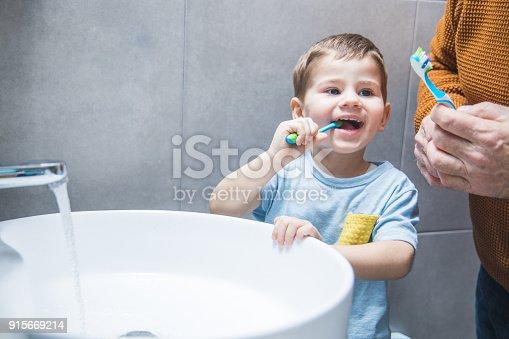 912658656 istock photo Fun time in the bathroom 915669214
