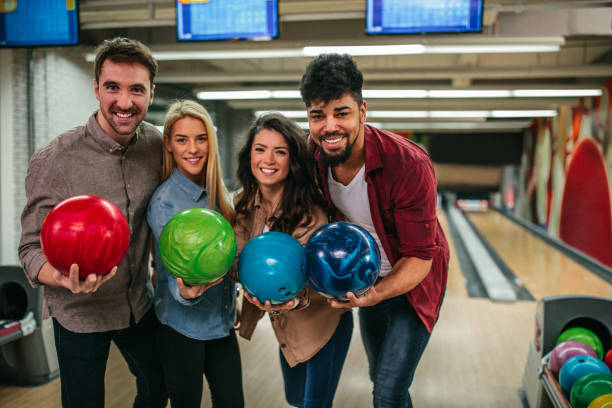 leuk weekend met vrienden - bowlen stockfoto's en -beelden