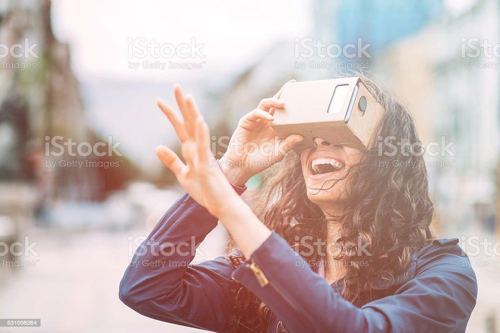 Amuser avec le carton simulatop de réalité virtuelle - Photo