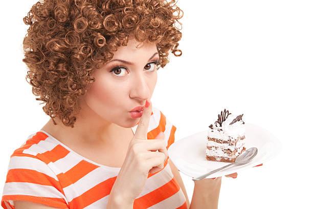 Die fröhliche Frau isst Kuchen – Foto