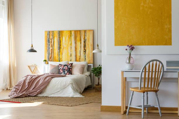 funktionale zimmer und stilvolle einrichtung - paletten kopfbrett stock-fotos und bilder