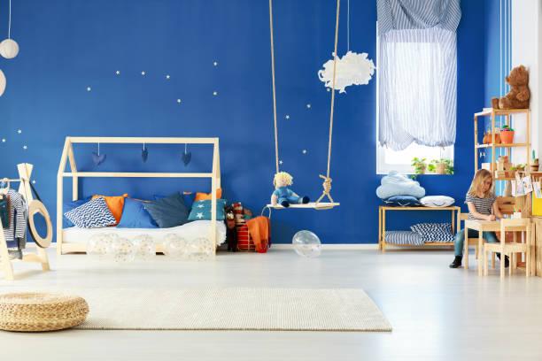 funktionale kinderzimmer mit swing - marineblau schlafzimmer stock-fotos und bilder