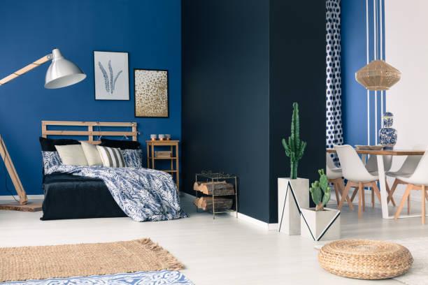 funktionale beruhigende marine wohnung - marineblau schlafzimmer stock-fotos und bilder
