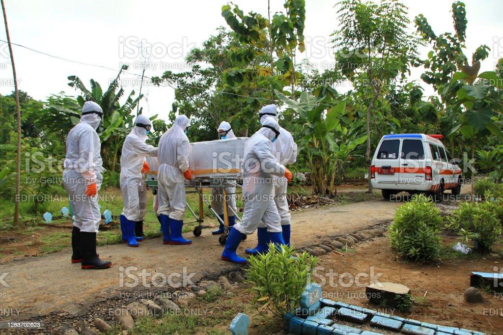 funérailles pour 19 patients covid, avec des protocoles de santé stricts - Photo de Coronavirus libre de droits