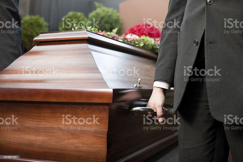 Funeral mit casket wurde von Sarg Inhaber – Foto