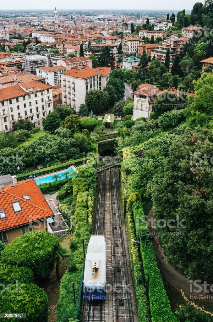 Funicular Città Alta de Bérgamo. Vista panorámica del casco antiguo. Recorrido vertical hermosa postal. - foto de stock