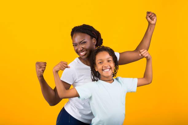 時髦的非洲美國女人和女孩舉起拳頭 - black power 個照片及圖片檔