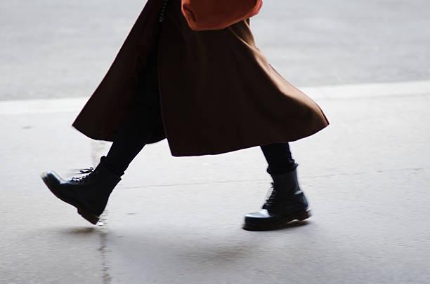 funky fashionable woman walking in the city - wintermantel damen wolle stock-fotos und bilder