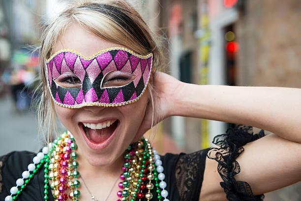 divertido jovem mulher em mardi gras em nova orleans, luisiana - mardi gras - fotografias e filmes do acervo