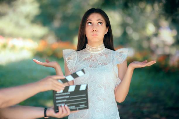 lustige schauspielerin vorsprechen für film-film-video-casting - wedding photography and videography stock-fotos und bilder