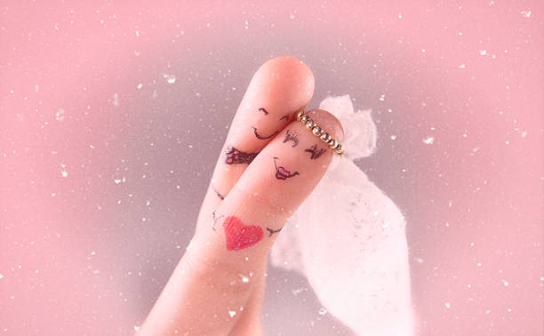 lustiger und romantische braut und bräutigam - emoticon hug stock-fotos und bilder