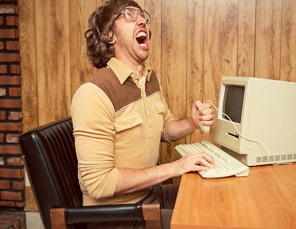 lustige wütende 1980 büroangestellte - frustration stock-fotos und bilder