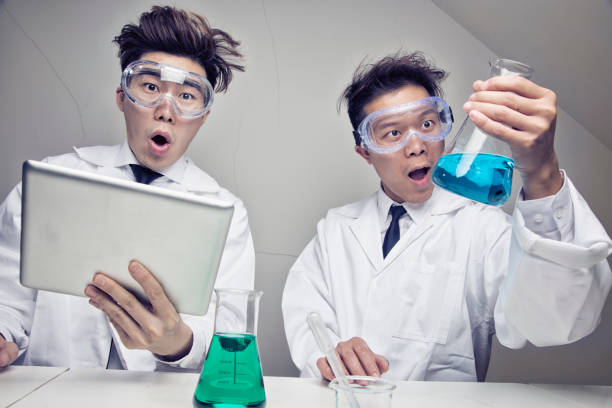lustige asiatische wissenschaftler im labor arbeiten an forschung sind überrascht - erfinder der fotografie stock-fotos und bilder