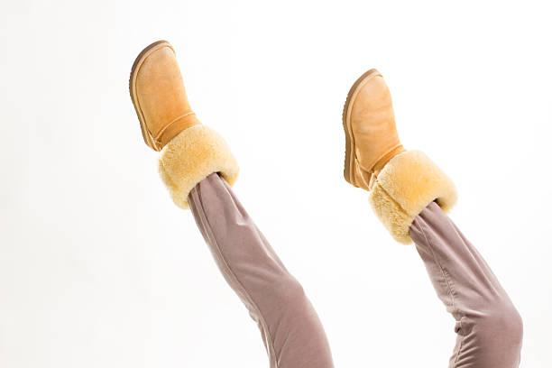 lustiger gewöhnlicher stiefel für frauen. - lammfellstiefel stock-fotos und bilder