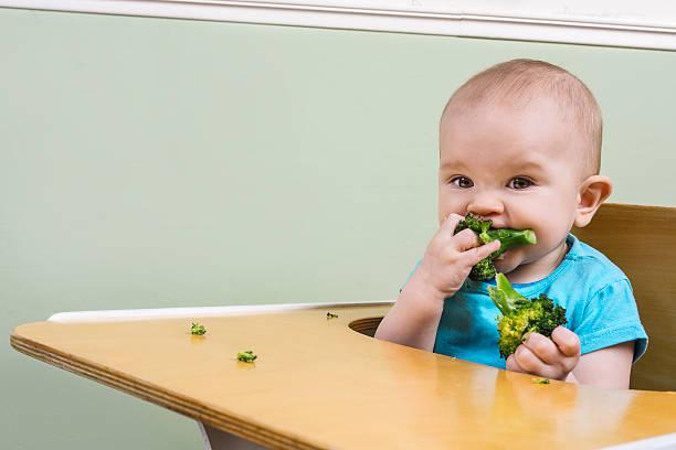 Lustige baby Essen Brokkoli – Foto