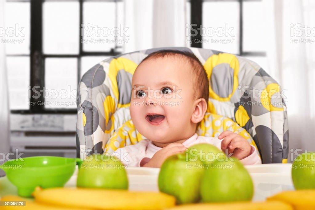 drôle de bébé fille assis dans la chaise pour bébés photo libre de droits