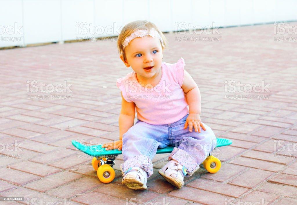 chaussures de sport 4315e 885d9 Simpático Bebé Sentado En El Patín En La Ciudad Foto de stock y más banco  de imágenes de A la moda