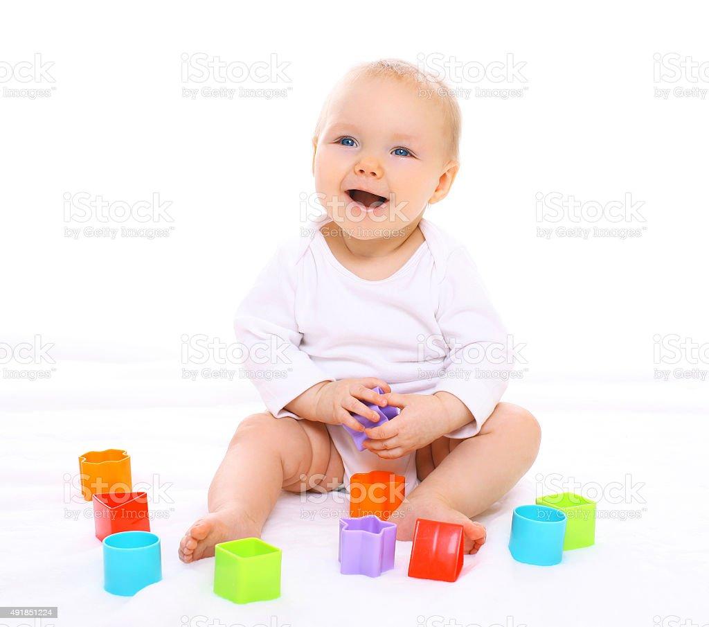 d81426583a Bambino seduto divertente giocare con i giocattoli colorati e ridendo foto  stock royalty-free