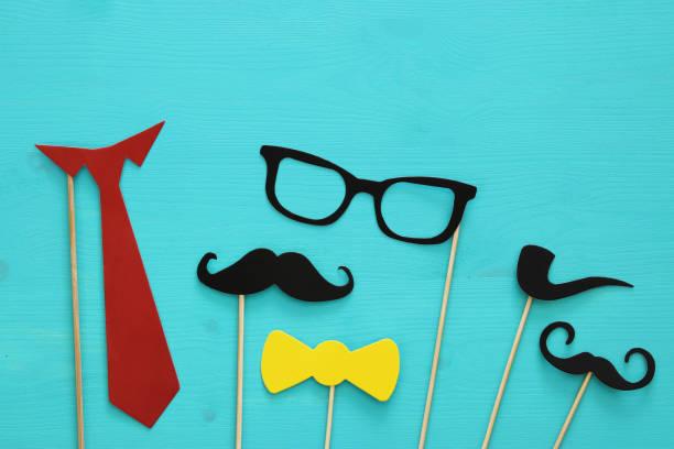 lustiger bart, brille, schnurrbart, krawatte und bogen. vatertag-konzept - schnurrbart fotoautomaten stock-fotos und bilder