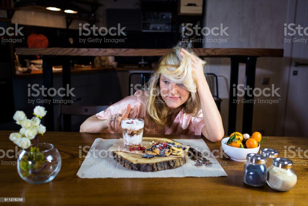 Lustige Blondine Sitzt Am Tisch Mit Essen Gegen Moderne ...