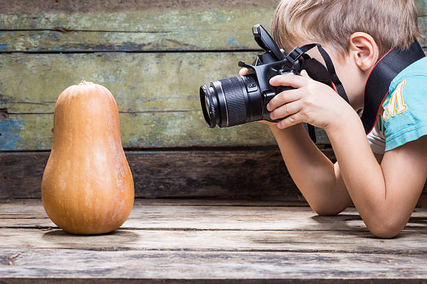 Lustiger junge versucht, Foto von Reife Kürbis – Foto