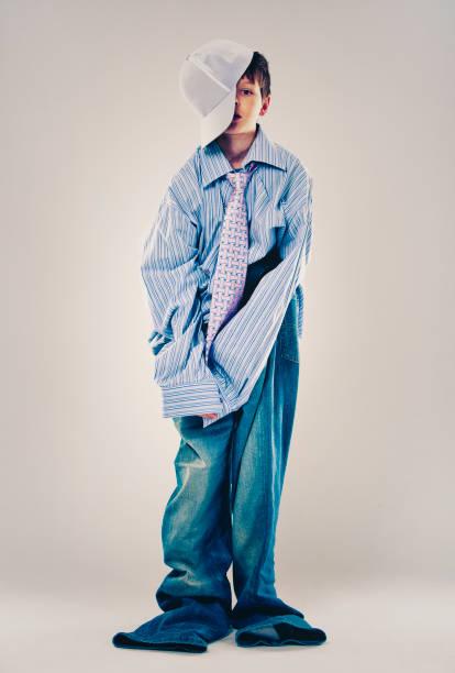 grappige jongen dragen van papa's kleding - te groot stockfoto's en -beelden