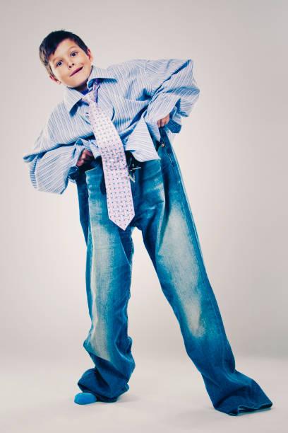 lustige junge papas kleidung tragen - enganliegende jeans outfits stock-fotos und bilder