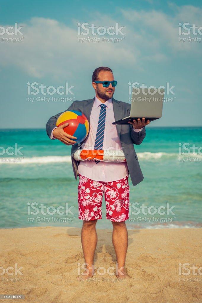 Gracioso hombre de negocios en la playa - Foto de stock de Adulto libre de derechos