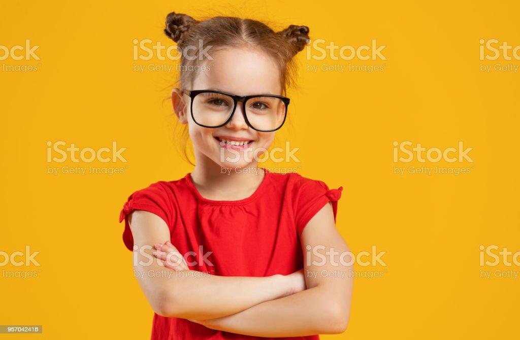 Lustiges Kind Mädchen in Gläsern auf farbigem Hintergrund – Foto