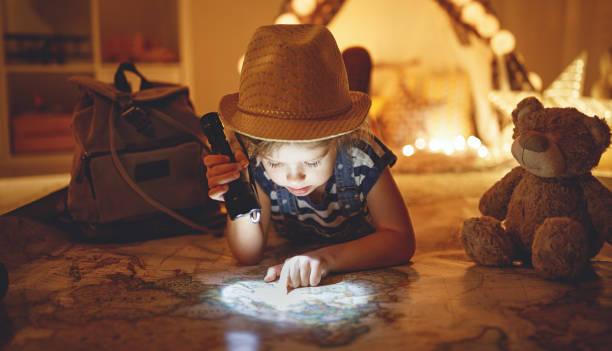 Lustiges Kind Mädchen Tourist mit Rucksack, Taschenlampe und Weltkarte – Foto