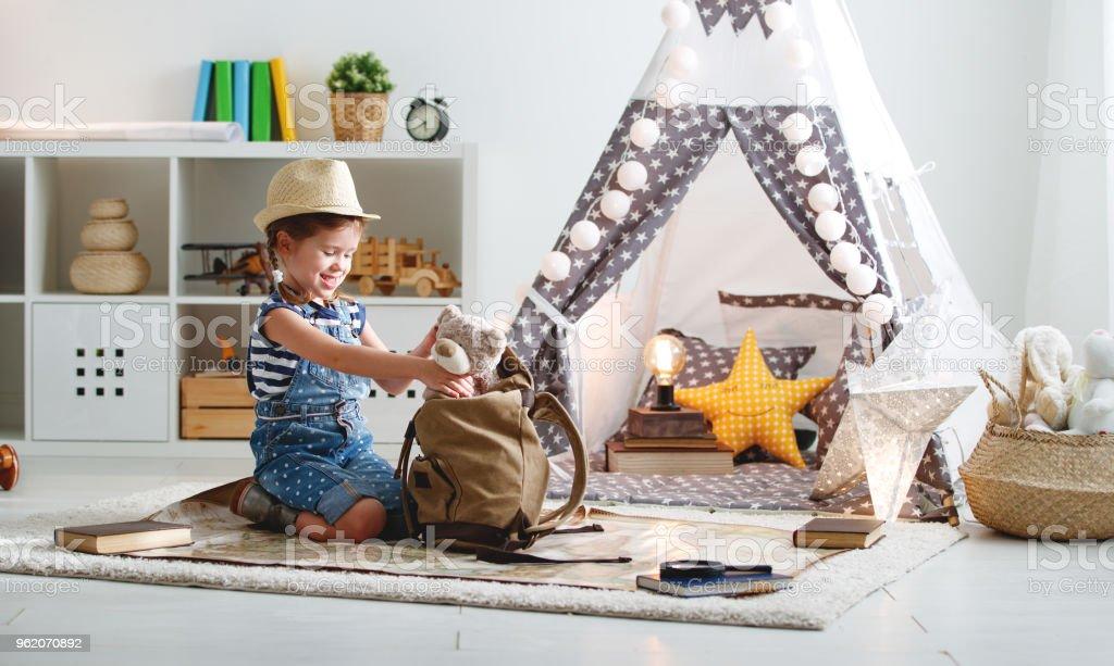 世界地図、バックパック拡大鏡と面白い子女の子観光 ストックフォト
