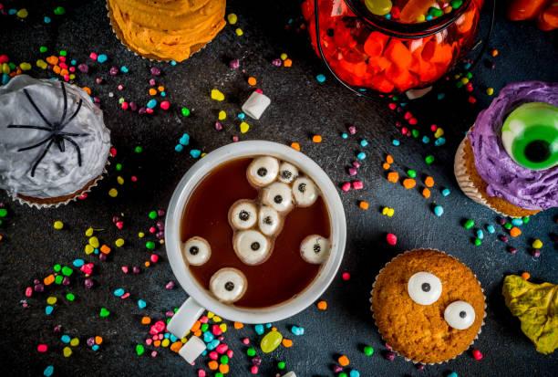 lustige kinder leckereien für halloween - halloween party lebensmittel stock-fotos und bilder