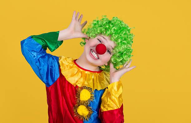 Lustiger clown, isoliert auf gelbem Hintergrund.   Nahaufnahme von kleinen clown. – Foto