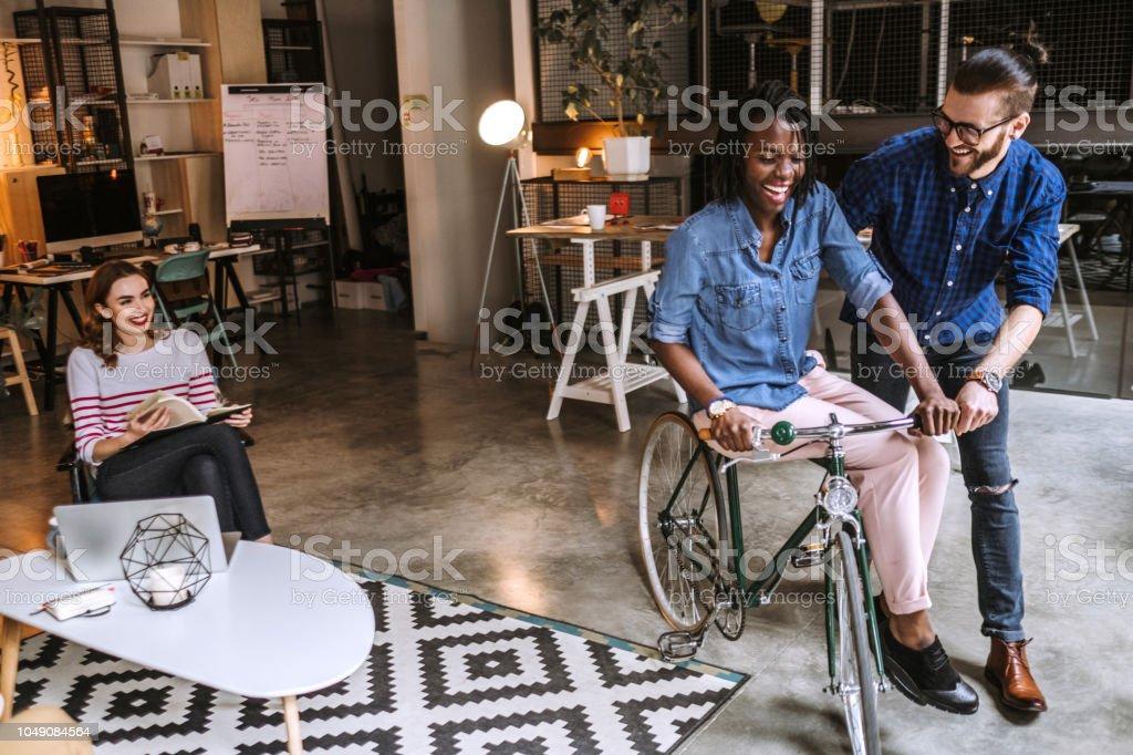 Lustige Kollegen Mit Fahrrad Im Buro Stockfoto Und Mehr Bilder Von Afro Amerikanischer Herkunft Istock