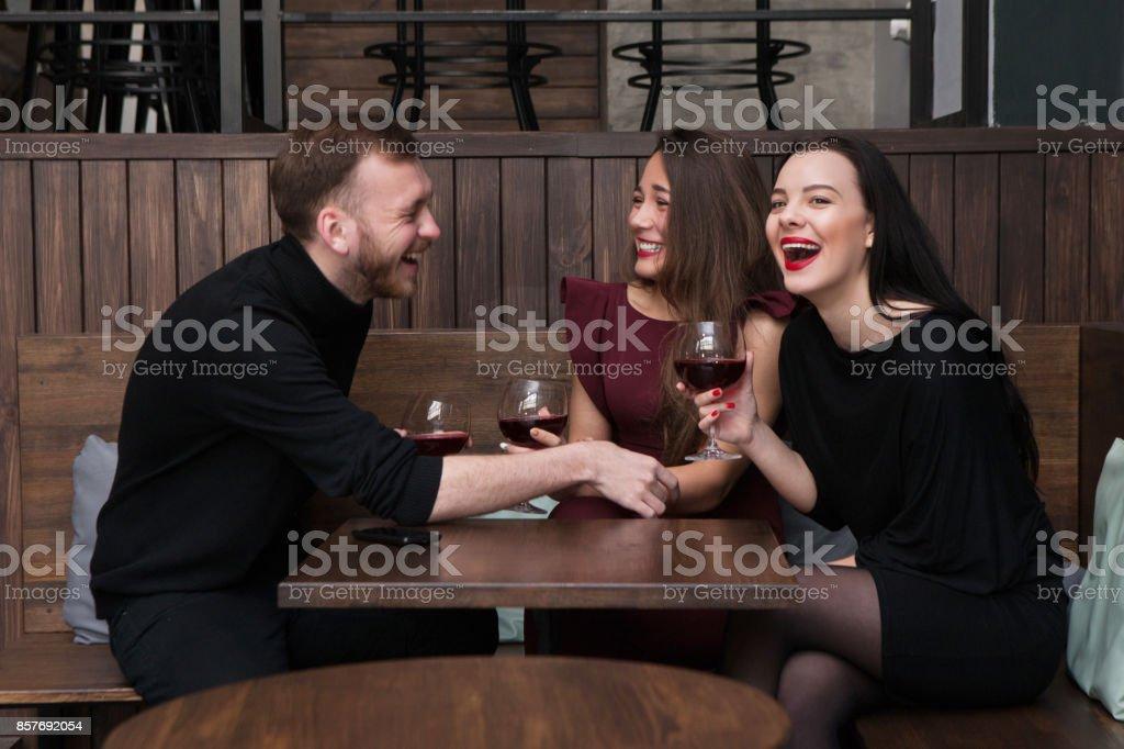 Conversation de compagnie drôle en bar - Photo