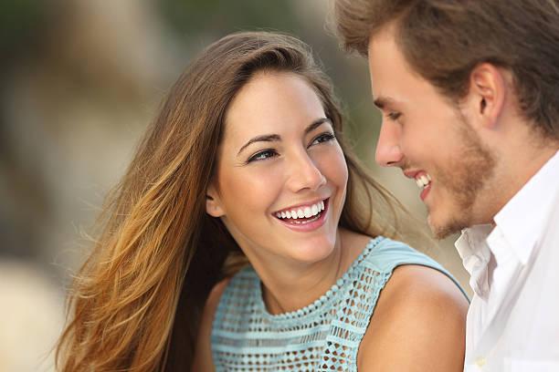 Divertida pareja Riendo con una sonrisa perfecta blanca - foto de stock