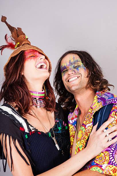 lustige paar - hippie kostüm damen stock-fotos und bilder