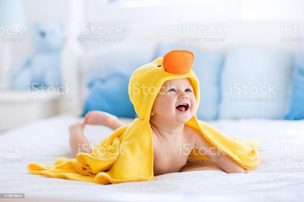 Lustig, niedlich Baby nach Bad Handtuch in gelbe Ente – Foto