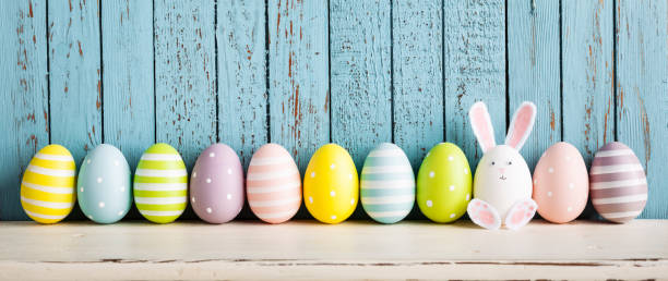 funny easter egg rabbit on shelf - easter imagens e fotografias de stock