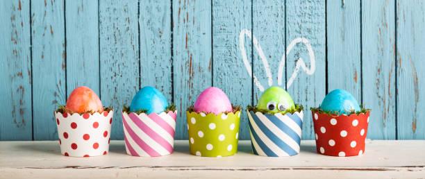funny easter eggs in cake pans - rabbit ears humor - buona pasqua in tedesco foto e immagini stock