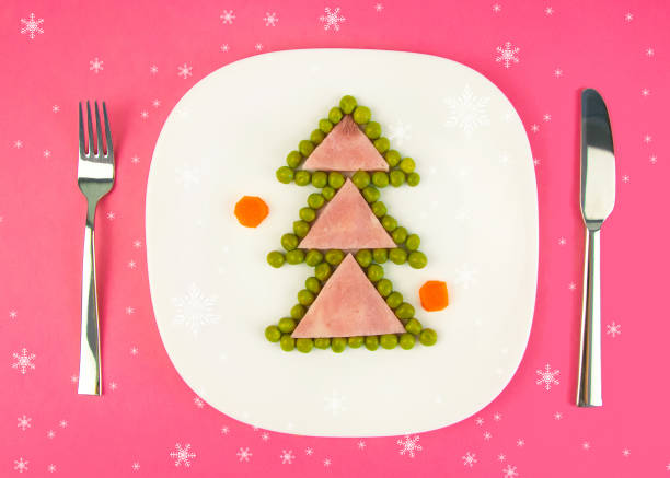 lustige essbare weihnachtsbaum aus schinken und grünen erbsen, frühstücksidee für kinder. - weihnachtsessen ideen stock-fotos und bilder