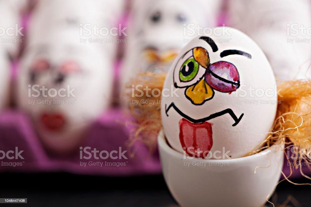 Komik yumurta ve yumurta üzerinde yüz ifadesi stok fotoğrafı