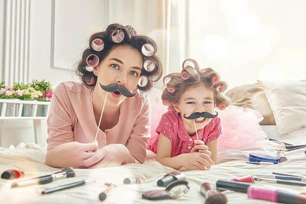 lustige familie mit einem papier-accessoires - schnurrbart themenpartys stock-fotos und bilder