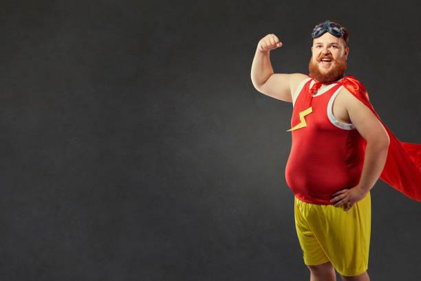 ein lustiger dicker mann in einem superhelden-kostüm - faschingskostüme herren stock-fotos und bilder